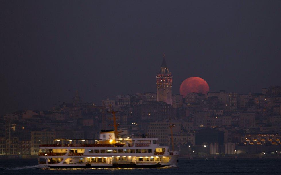 La superluna, en Estambul.