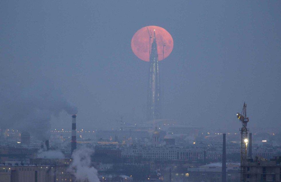 La superluna, recortada por la torre Lakhta Centre, en San Petersburgo (Rusia).