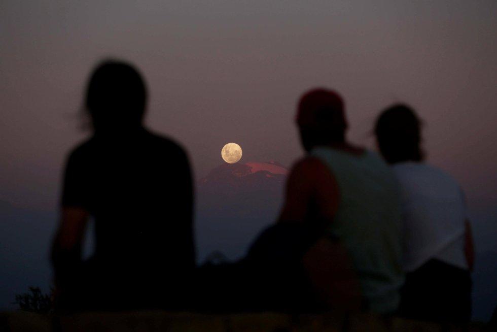 La superluna, sobre Los Andes, en Santiago, Chile.