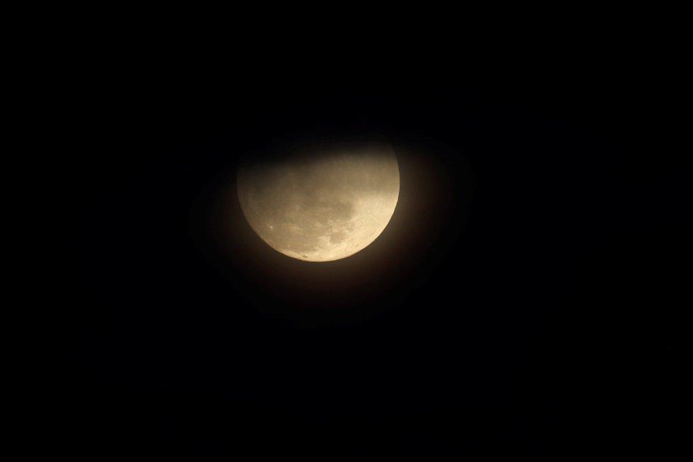 La superluna, sobre el parque Balboa, en San Diego, California.