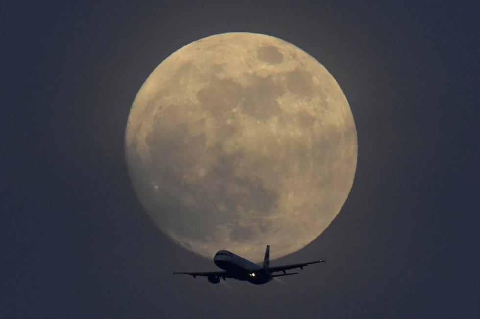 La superluna, con la silueta de un avión de British Airways.