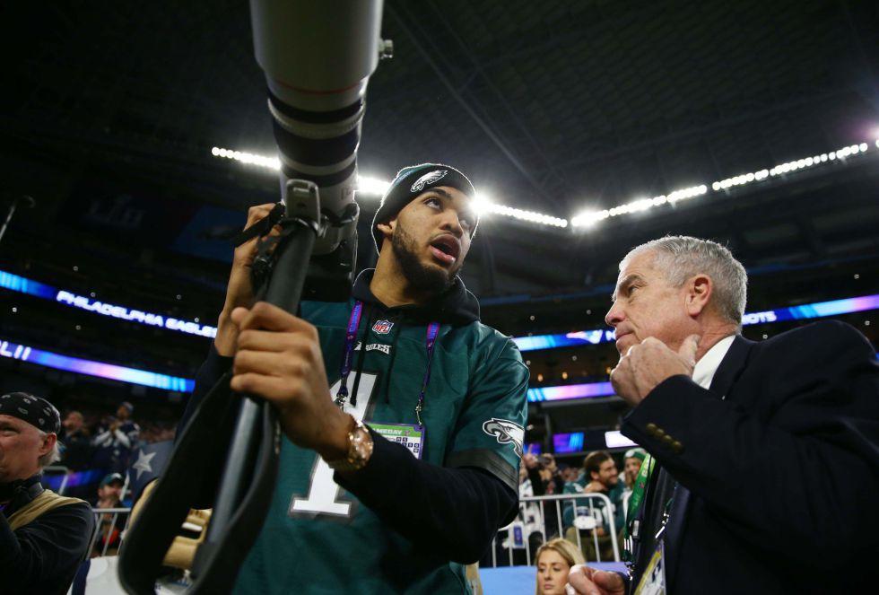 Karl-Anthony Towns, jugador de los Minnesota Timberwolves, animando a los Eagles y ayudando a los fotógrafos