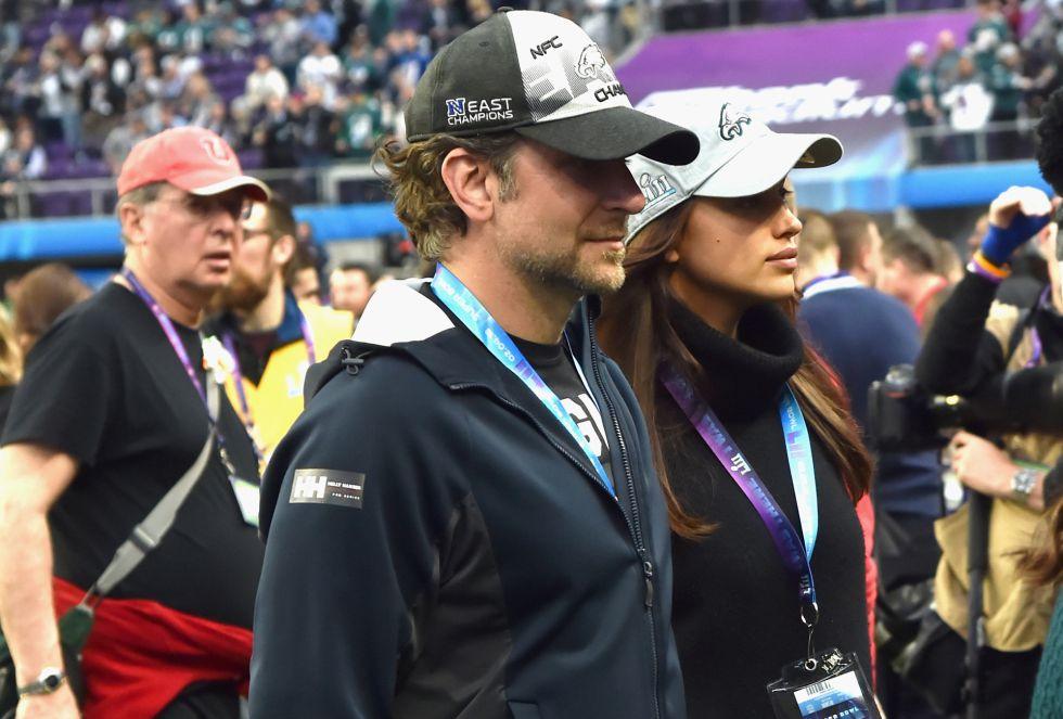 Bradley Cooper e Irina Shayk, durante la previa del partido en la cancha de los Vikings