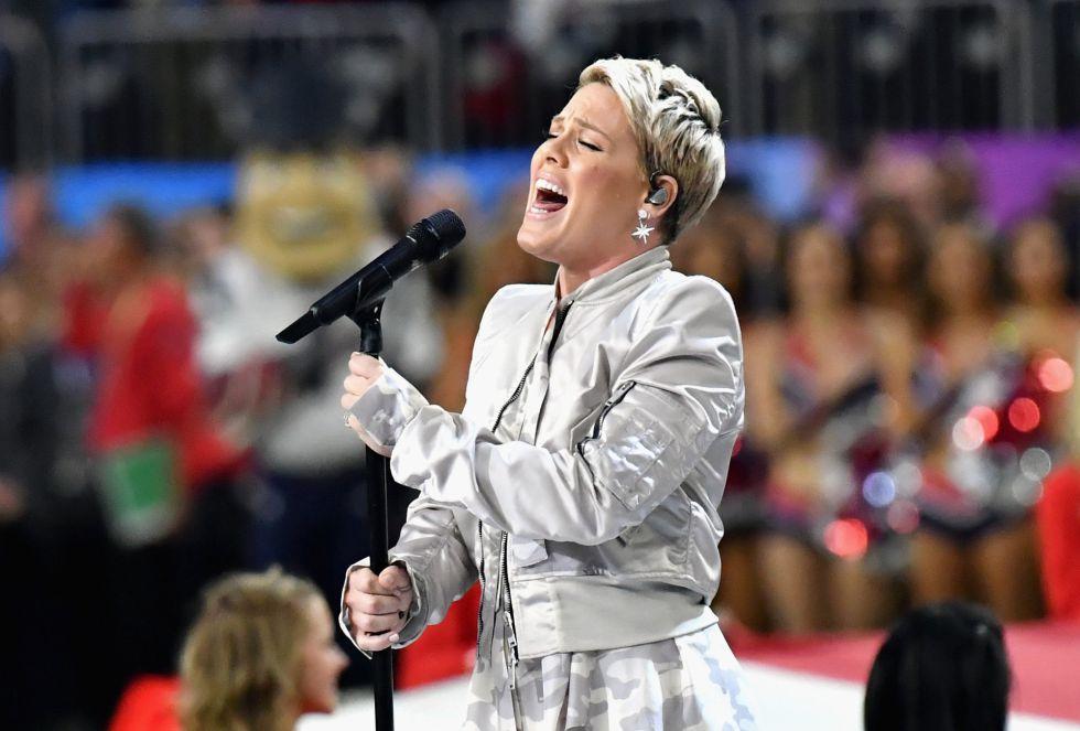 La cantante Pink, durante su interpretación del himno nacional americano