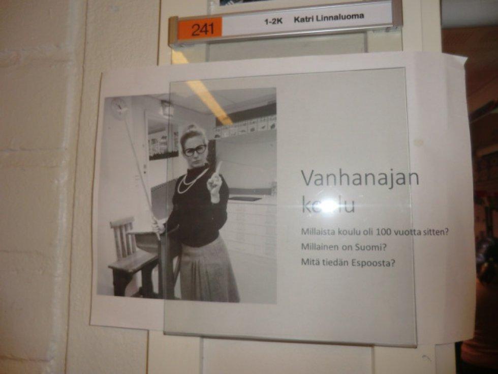 """Una maestra en la puerta de su clase tenía esta foto. Era ella misma simulando una """"maestra antigua"""". Escuela de Primaria."""