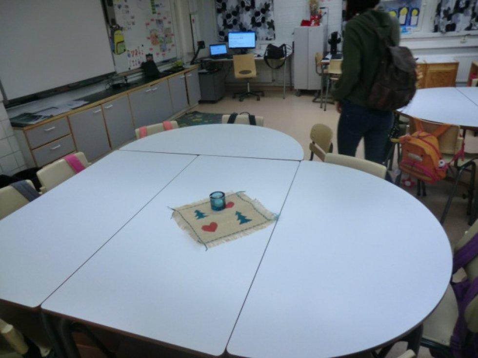 Aula de educación primaria. Disposición de las mesas en forma de corazón. Agradables decoraciones en las mesas.