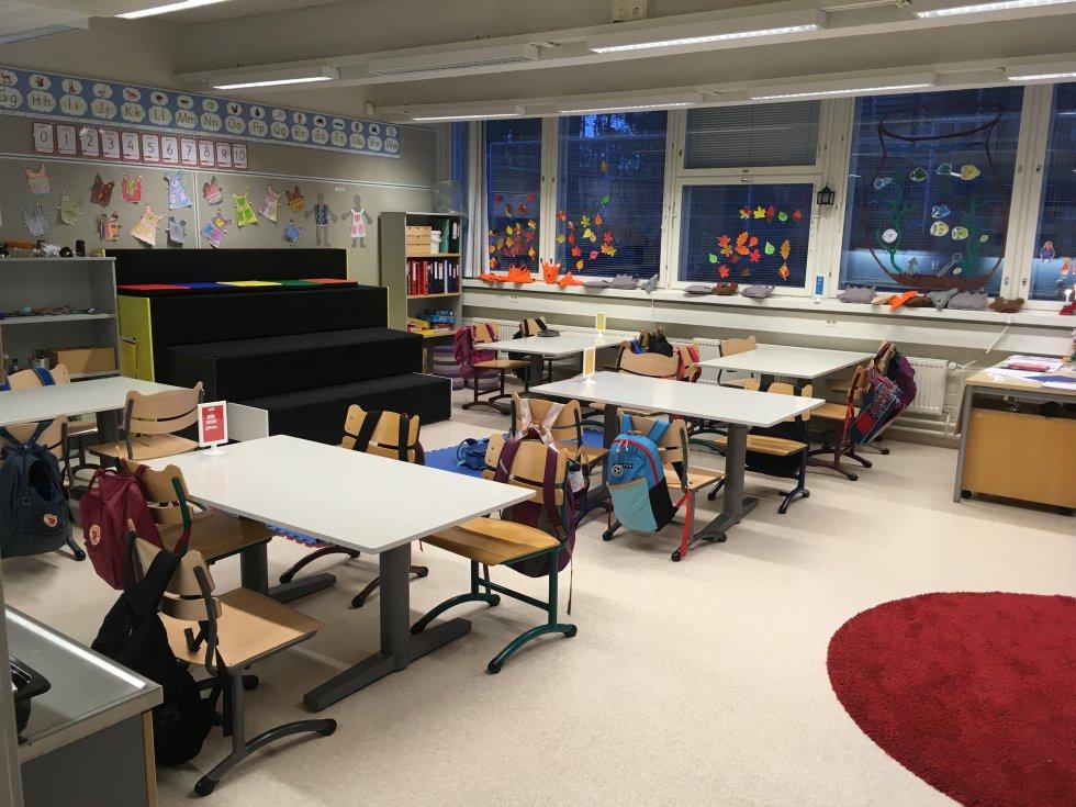 Unas gradas negras forman parte de otra de las aulas de las escuelas que visitaron.
