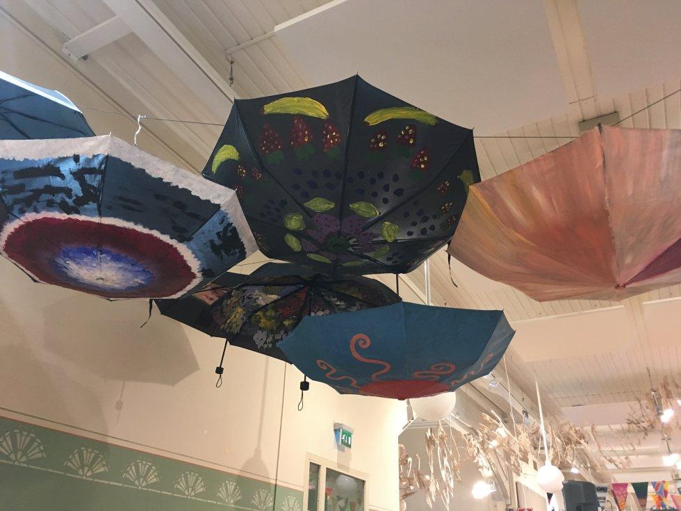 Paraguas decorados por los alumnos en una de las aulas. ¡La imaginación al poder!