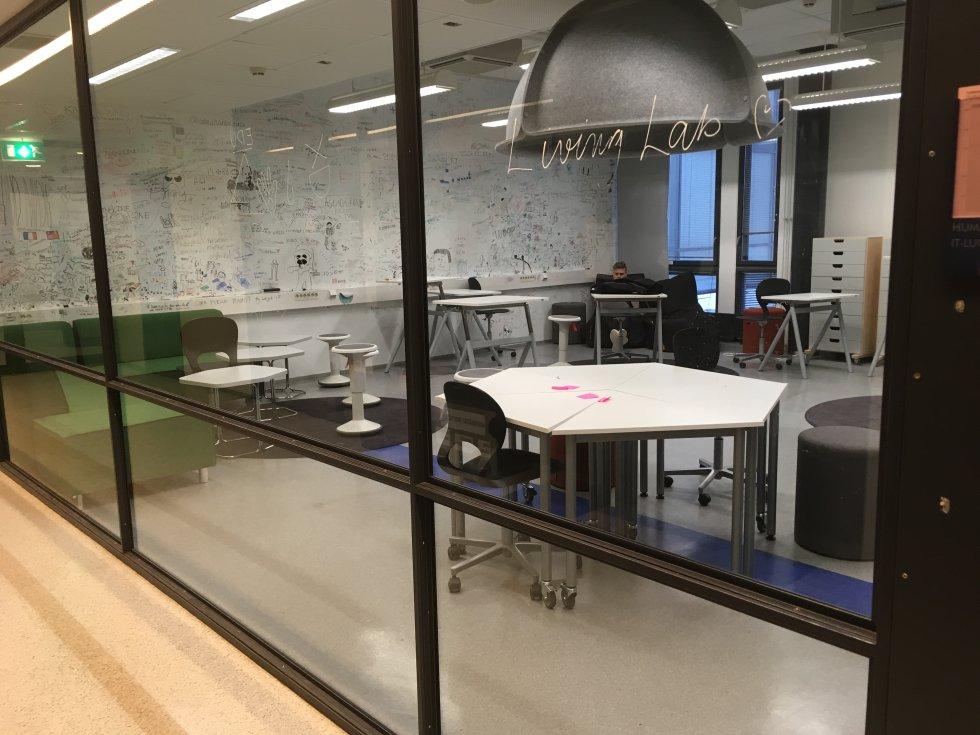 Los alumnos se mueven libremente por las distintas zonas de las aulas y del colegio.