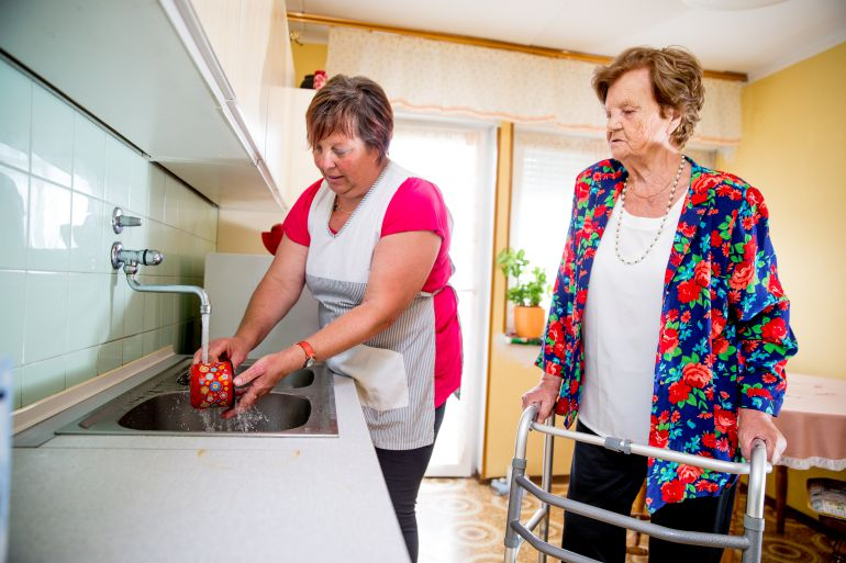 Las empleadas de hogar demandan la prestación del paro y una ...