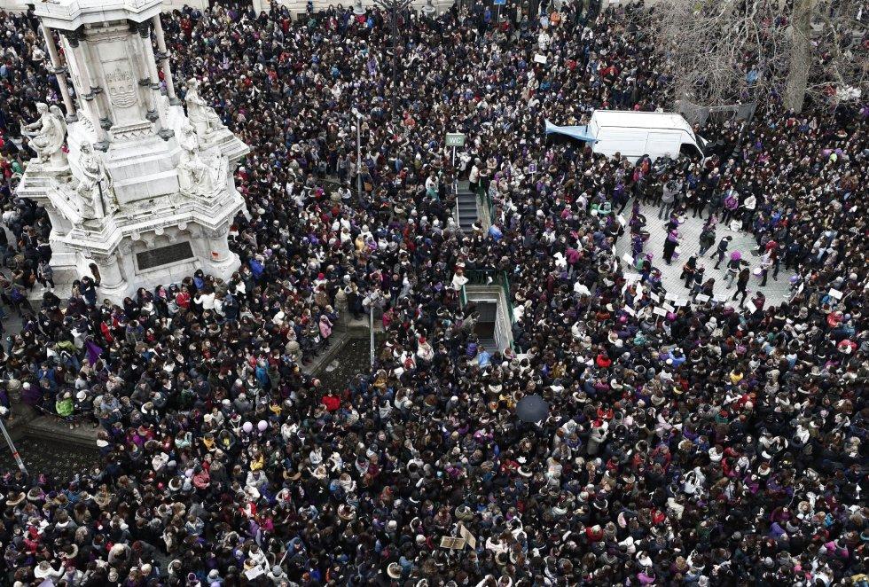 Miles de personas se han concentrado, en el Día Internacional de la Mujer, frente al Monumento a los Fueros de Pamplona en apoyo a la huelga feminista.