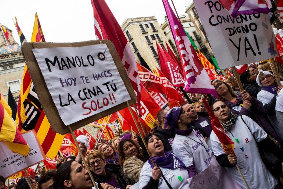 Aspecto de la concentración que se ha llevado a cabo en la Plaza de Sant Jaume de Barcelona durante la primera huelga general feminista, con motivo del Día de la Mujer.