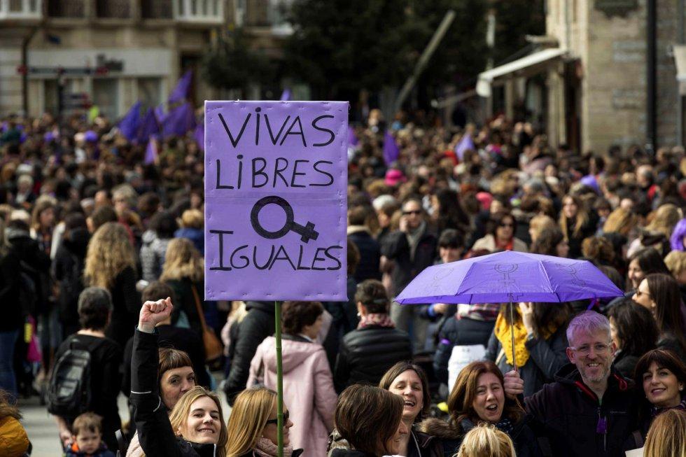 Miles de personas se han manifestado en Vitoria con motivo de la huelga feminista convocada por el Día Internacional de la Mujer.