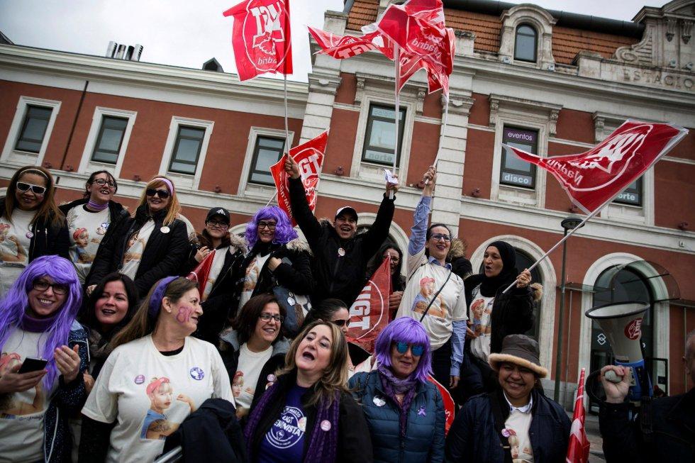 Un grupo de trabajadoras participan en una concentración durante la huelga feminista convocada con motivo del Día de la Mujer en el intercambiador de Principe Pío en Madrid.