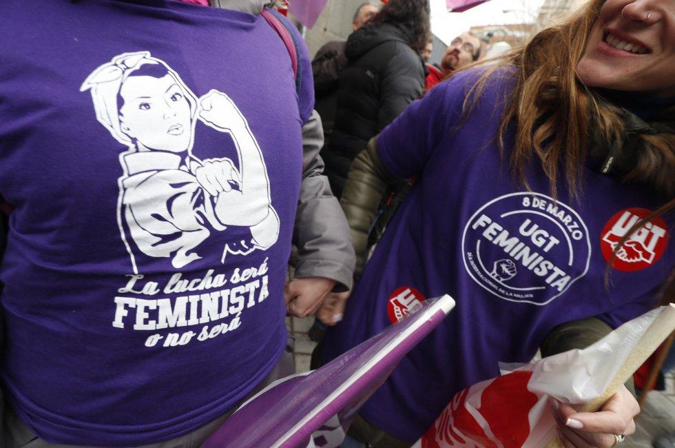 Un grupo de trabajadoras se concentra en la puerta de las instalaciones de Metro de Madrid, con motivo de la jornada de huelga por el Dia Internacional de la Mujer.
