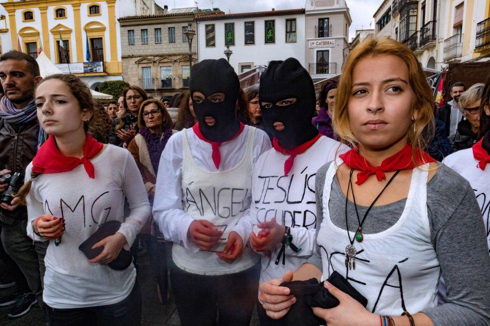 Una importante presencia de mujeres jóvenes, especialmente estudiantes y del colectivo Plena Inclusión Extremadura, se han concentrado desde las doce de la mañana en la Plaza de España de Mérida.