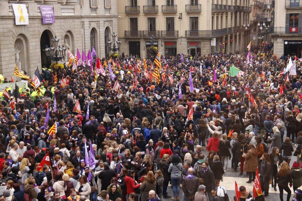 La plaza de Sant Jaume de Barcelona durante la concentración feminista.