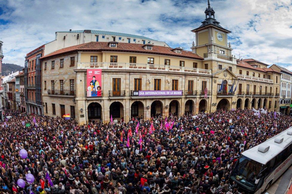 Miles de personas han secundado las concentraciones convocadas con motivo de la conmemoración del Día de la Mujer en la plaza del Ayuntamiento de Oviedo.