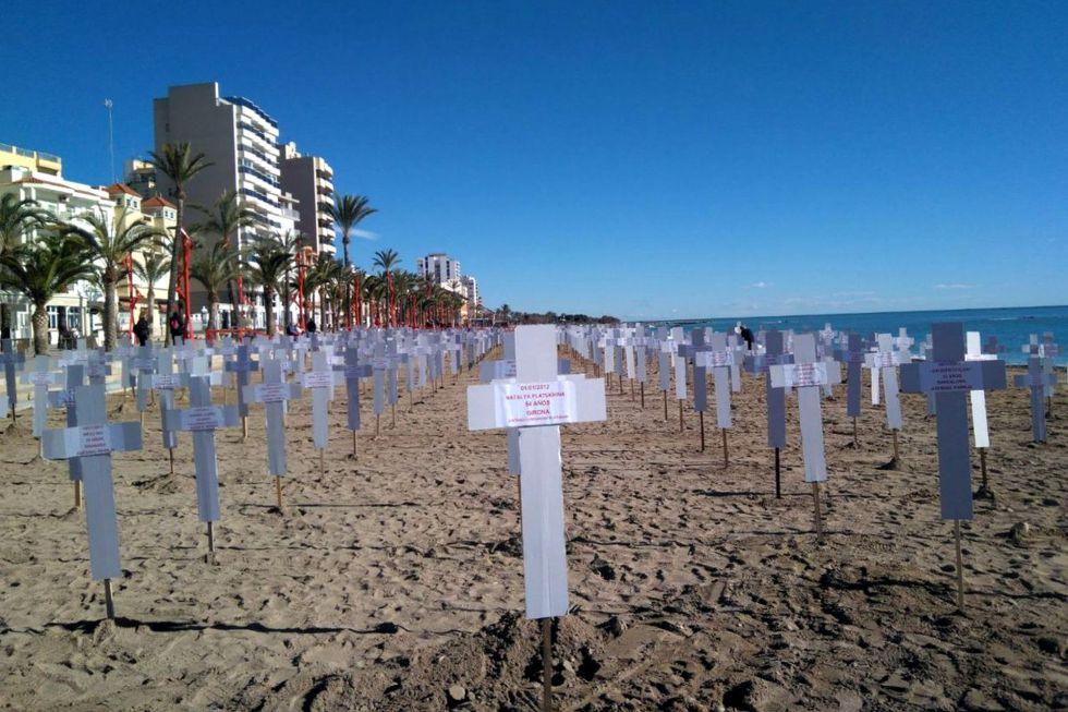 La playa del Fortí de Vinaròs recuerda con 731 cruces los crímenes machistas.