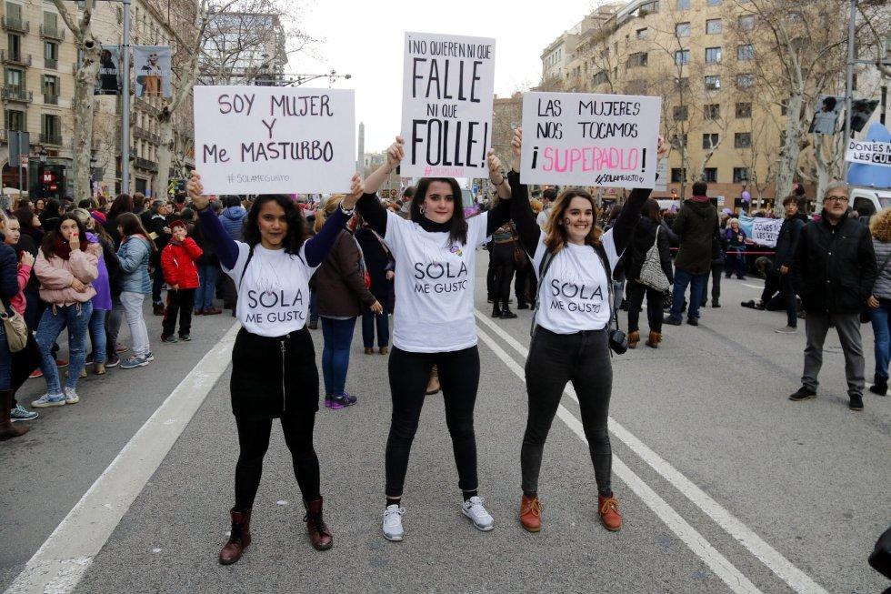 Tres mujeres con pancartas reivindicativas durante la manifestación feminista de Barcelona.
