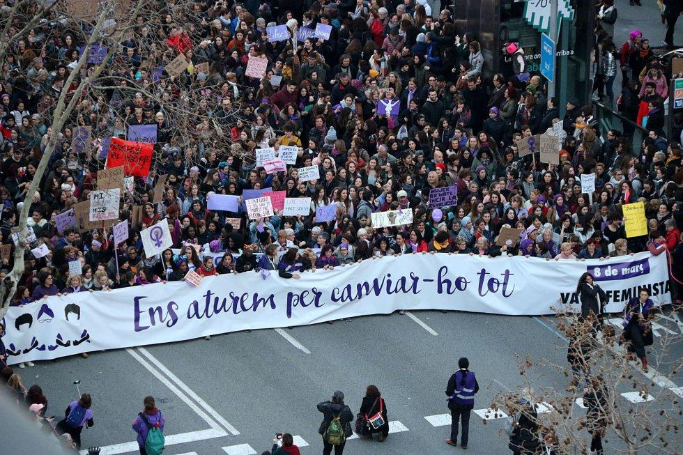 Plano general aéreo de la cabecera de la manifestación en Barcelona por la huelga feminista del 8 de marzo.