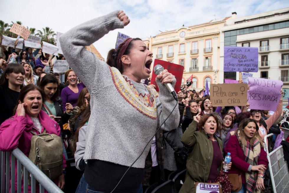 Unas 300 personas concentradas en Málaga con motivo de la huelga feminista han sido desalojadas por la Policía Local de la tribuna principal de la Semana Santa.