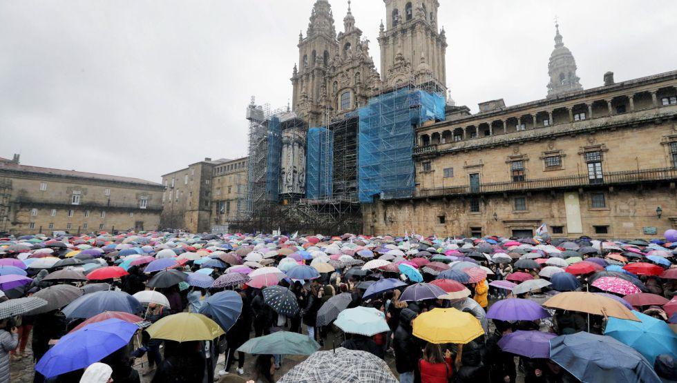 Miles de mujeres bajo la lluvia en la plaza del Obradoiro, en la jornada reivindicativa con motivo del Día Internacional de la Mujer en Santiago de Compostela.