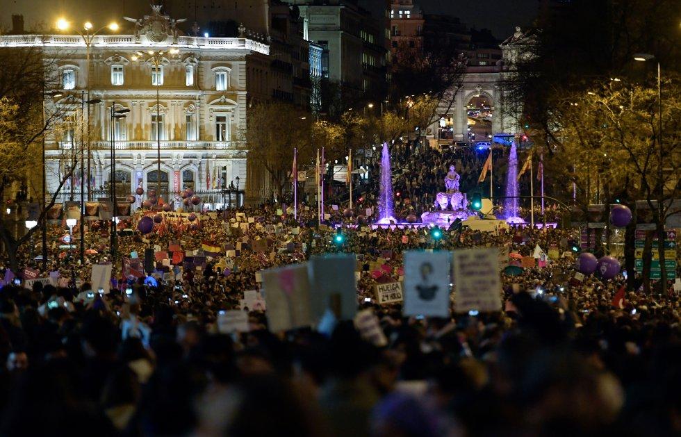 La Plaza de Cibeles abarrotada durante la marcha del 8 de marzo en Madrid.