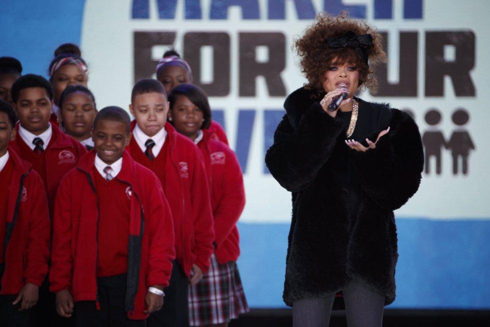 La cantante Andra Day, junto al coro del Cardenal Shehan en la marcha de Washington