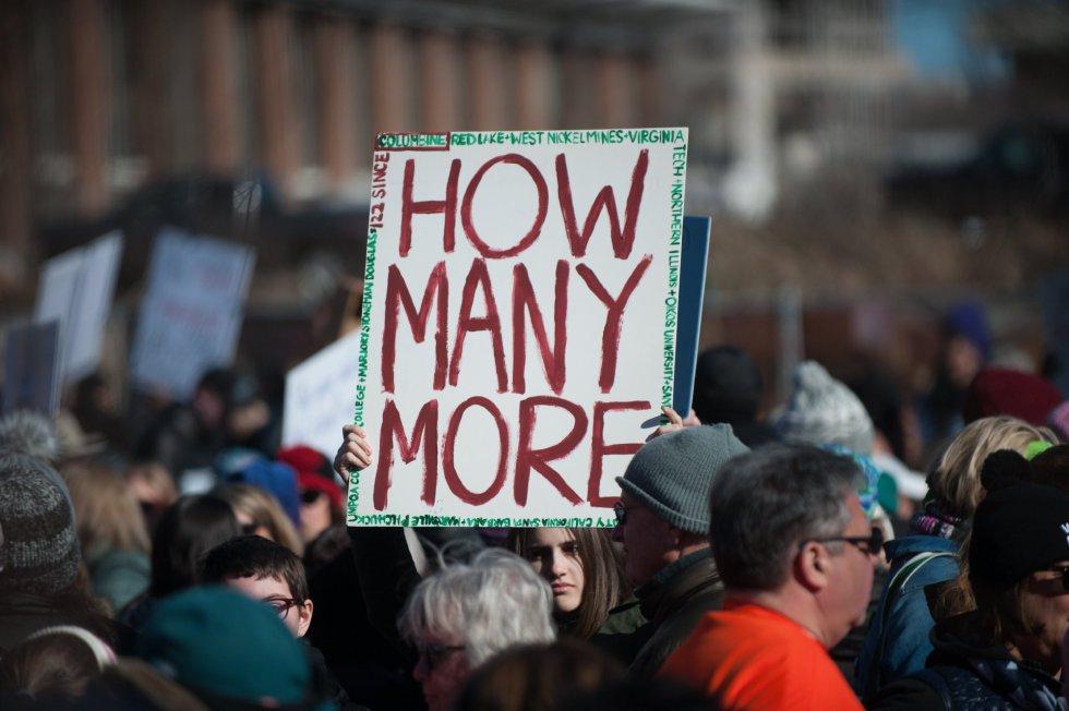"""Un manifestante se pregunta """"cuántas personas más"""" tienen que morir antes de que haya un mayor control"""