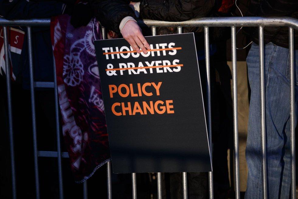 """Esta pancarta pide que la respuesta a los tiroteos en EEUU deje de ser la de """"rezar"""" y haya un """"cambio en las políticas"""""""