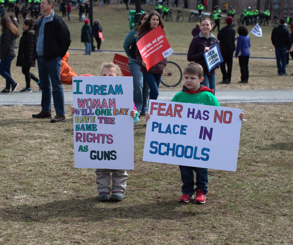 """""""El miedo no tiene lugar en las escuelas"""", se puede leer en la pancarta de la derecha"""
