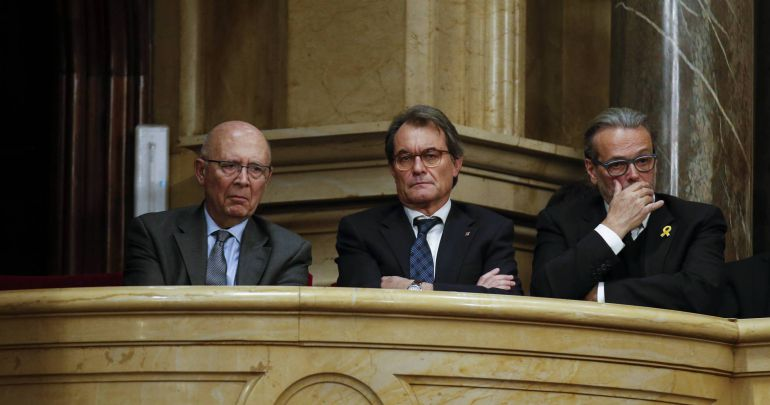 Artur Mas (C) looks on during an investiture session at Catalonia's regional parliament in Barcelona