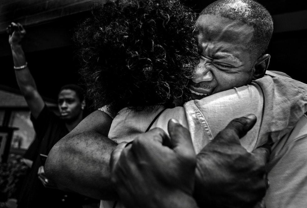 Foto ganadora en la categoría 'General News Singles', hecha por Richard Tsong-Taatarii. Anthony Village abraza a John Thompson en Minnesota, EEUU, después de su discurso en en una manifestación para recordar a Philando Castile, asesinado por el oficial de policía Jerónimo Yáñez que fue absuelto de todos los cargos.