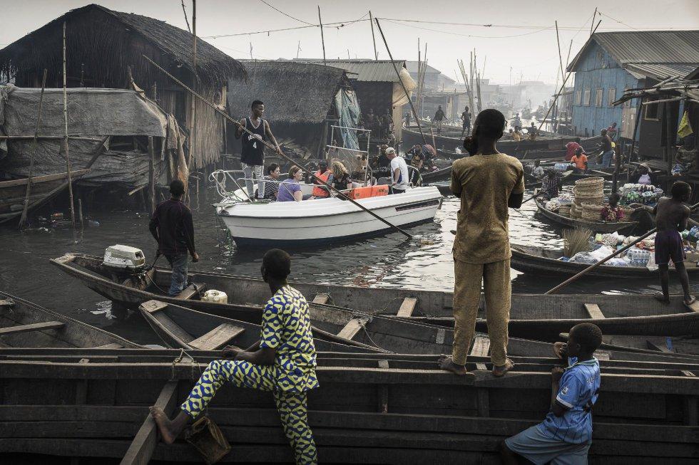 Imagen captada por el fotógrafo Jesco Denzel, ganador del primer premio de la categoría 'Contemporary Issues - Singles'. La foto muestra un bote con turistas de Lagos Marina, dirigido a través de los canales de la comunidad de Makoko, un antiguo pueblo de pescadores que se ha convertido en un enorme asentamiento informal a orillas de Lagos Lagoon, Lagos, Nigeria, el 24 de febrero de 2017.