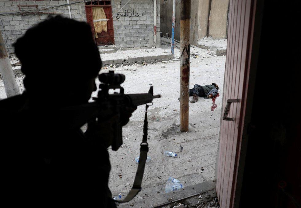 El tercer premio en la categoría de 'Spot News Singles' es para Goran Tomasevic, que captó a un soldado de las fuerzas especiales iraquíes justo después de haber matado de un disparo a un sospecho de ser un suicida. Foto tomada en Mosul el 3 de marzo de 2017.