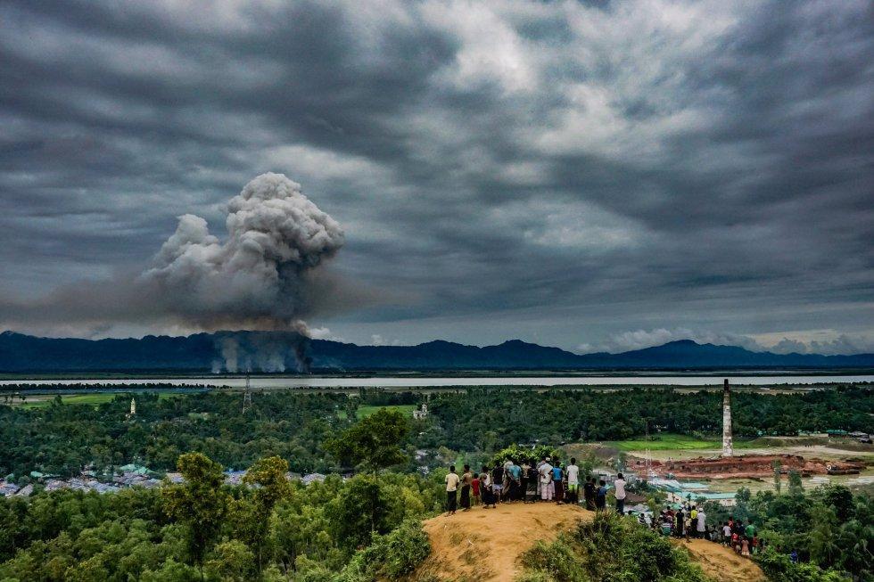 Tercer premio del World Press Photo 2018 en 'General News Singles' tomada por Md Masfiqur Akhtar Sohan. Se ve a un grupo de rohingyas observando a lo lejos sus hogares quemados. Fue hecha en la frontera con Myanmar, en Cox's Bazar (Bangladesh) el 9 de septiembre de 2017.