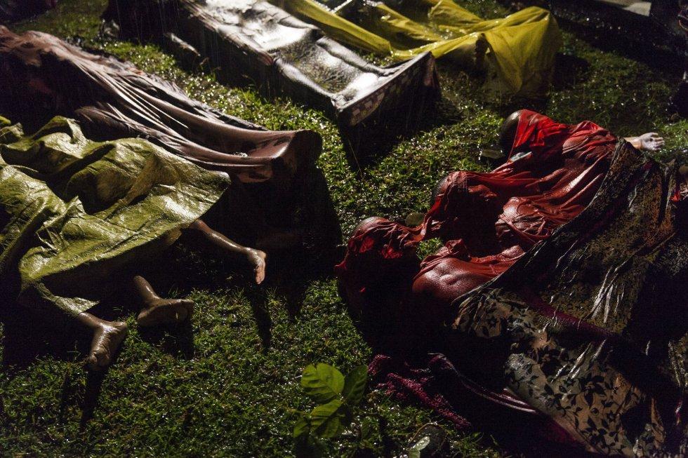 Imagen captada por el fotógrafo Patrick Brown, ganador del primer premio de la categoría 'General News', que muestra los cuerpos de los refugiados Rohingya después de que el bote en el que intentaban huir de Myanmar se hundiera a unos ocho kilómetros de Inani Beach, cerca de Cox's Bazar, Bangladesh, el 28 de septiembre de 2017.