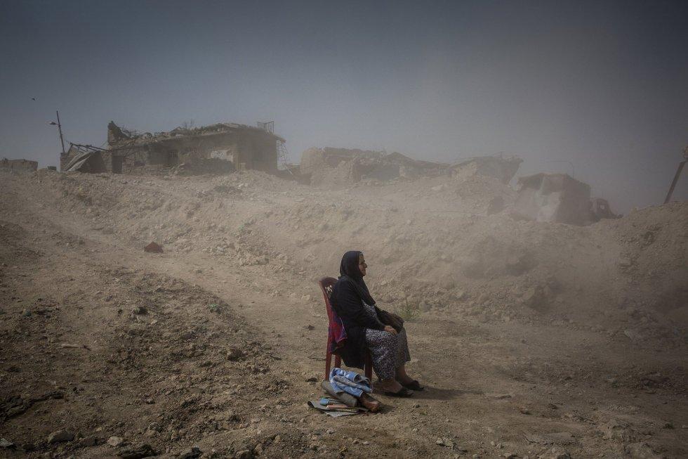 Fotografía captada por el fotógrafo Ivor Prickett, ganador del primer premio de la categoría 'General News - Stories'. Muestra a Nadhira Aziz mientras observa a los trabajadores de la Defensa Civil iraquí sacando los cuerpos de su hermana y sobrina de su casa en la Ciudad Vieja, donde fueron asesinadas por un ataque aéreo en Mosul, Irak, el 16 de septiembre de 2017. Al final de la batalla por la segunda ciudad más grande de Irak, más de 9,000 civiles fueron asesinados.