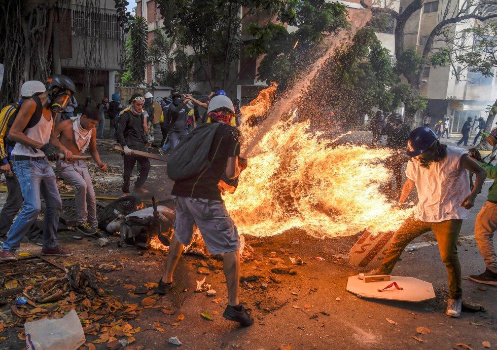 Tercer premio en 'Spot News Stories', de Juan Barreto. Otra imagen de Victor Salazar en llamas después de la explosión de una moto durante una protesta en Caracas, Venezuela, el 3 de mayo de 2017.