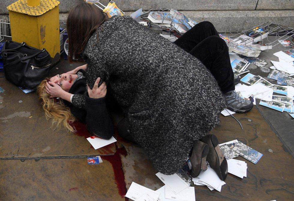 Segundo premio en la categoria 'Spot News Stories', de Toby Melville. Muestra a una turista herida en el atentado en el puente de Westminster en Londres, el 22 de marzo de 2017.