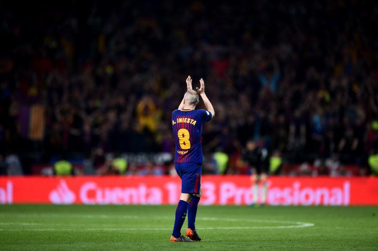 2e21280ea Iniesta devuelve los aplausos de la grada del Wanda Metropolitano al ser  sustituido en la final