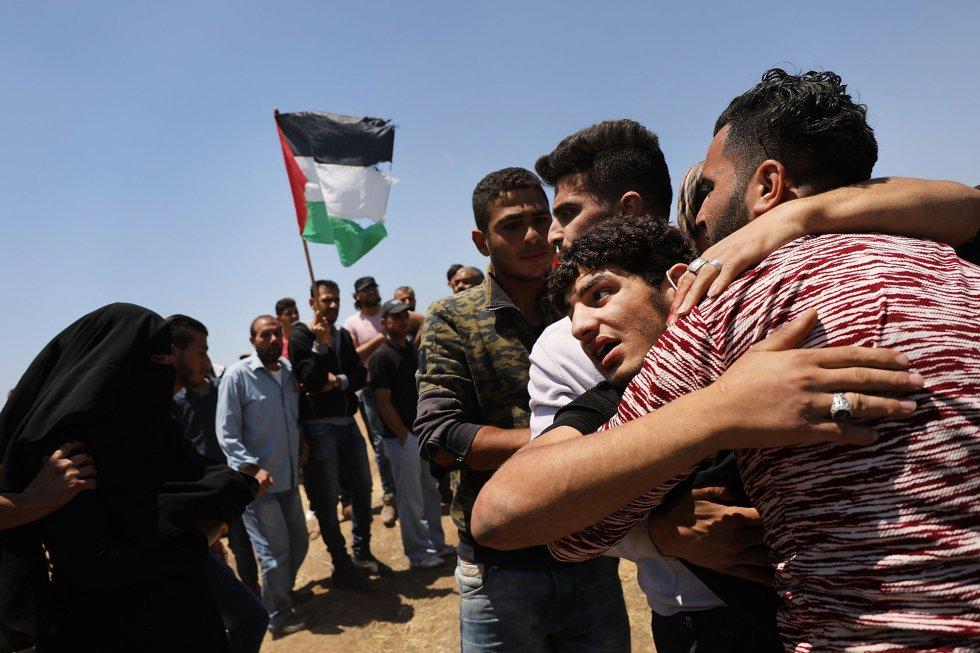 Un palestino herido es llevado a la ambulancia tras los ataques israelíes