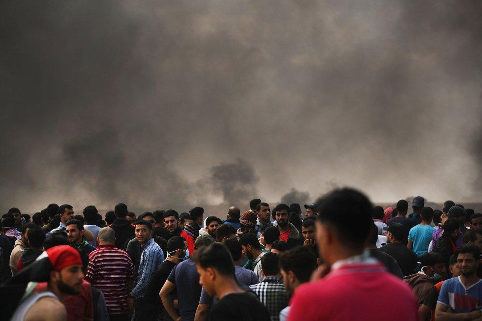 Miles de palestinos protestan frente a la valla fronteriza