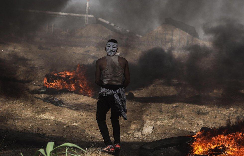 Un manifestante palestino toma parte en los enfrentamientos surgidos tras las protestas convocadas cerca de la frontera con Israel en el este de la franja de Gaza
