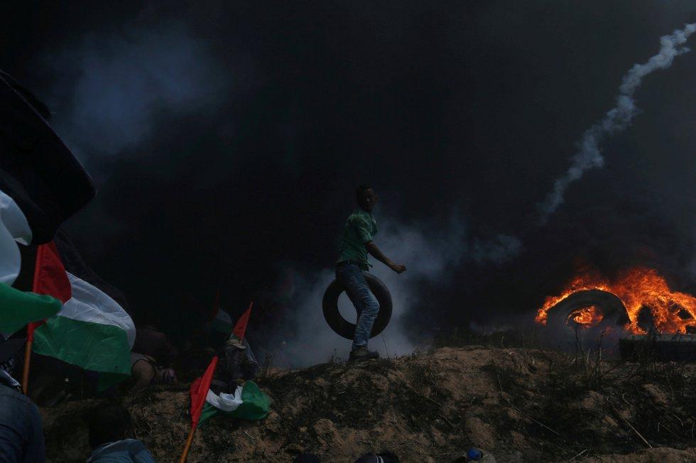 Un palestino portando una rueda