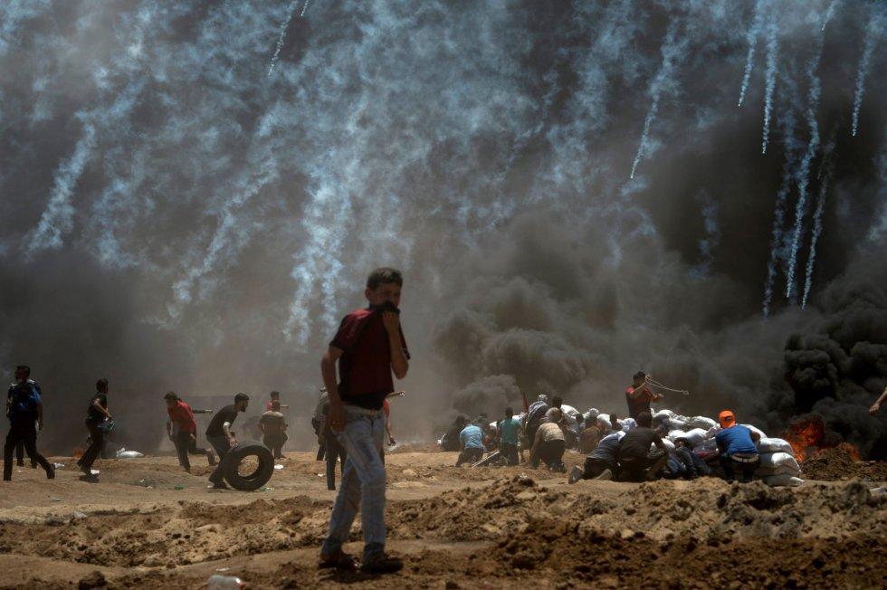 El ejército israelí envía gases lacrimógenos a los manifestantes palestinos