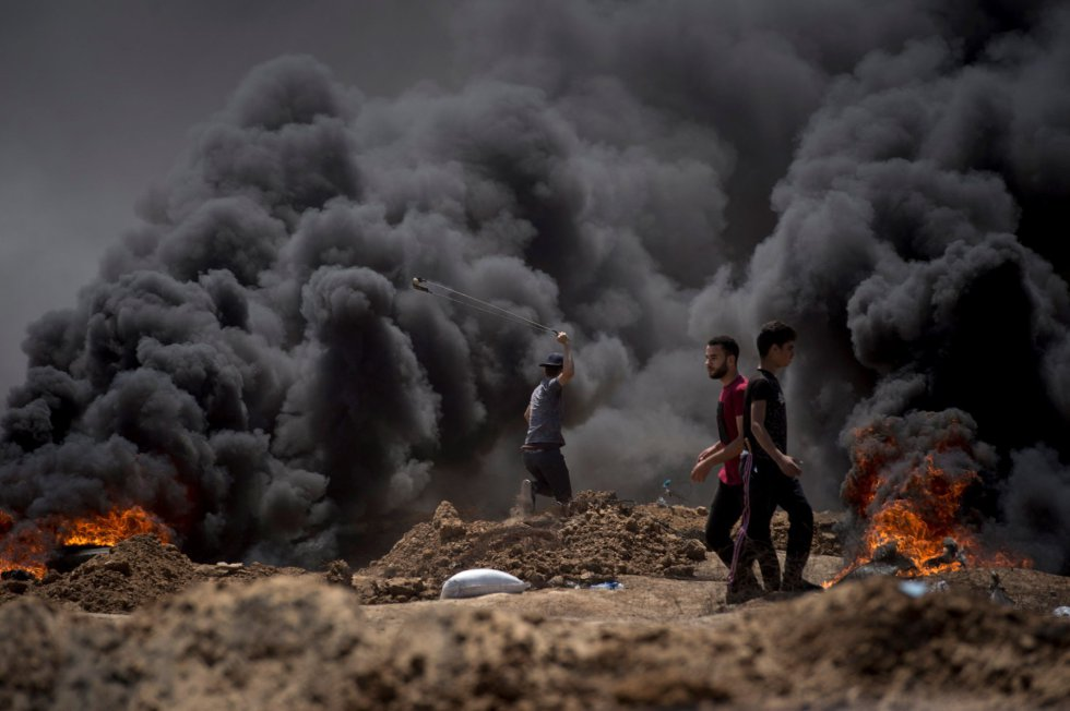 Manifestantes palestinos durante las protestas en la frontera entre Gaza e Israel