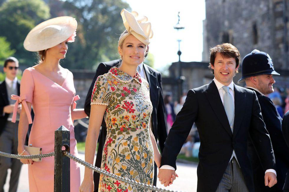 James Blunt (derecha) y Sofia Wellesley llegan a la Capilla de San Jorge en el Castillo de Windsor para la boda de Meghan Markle y el Príncipe Harry.