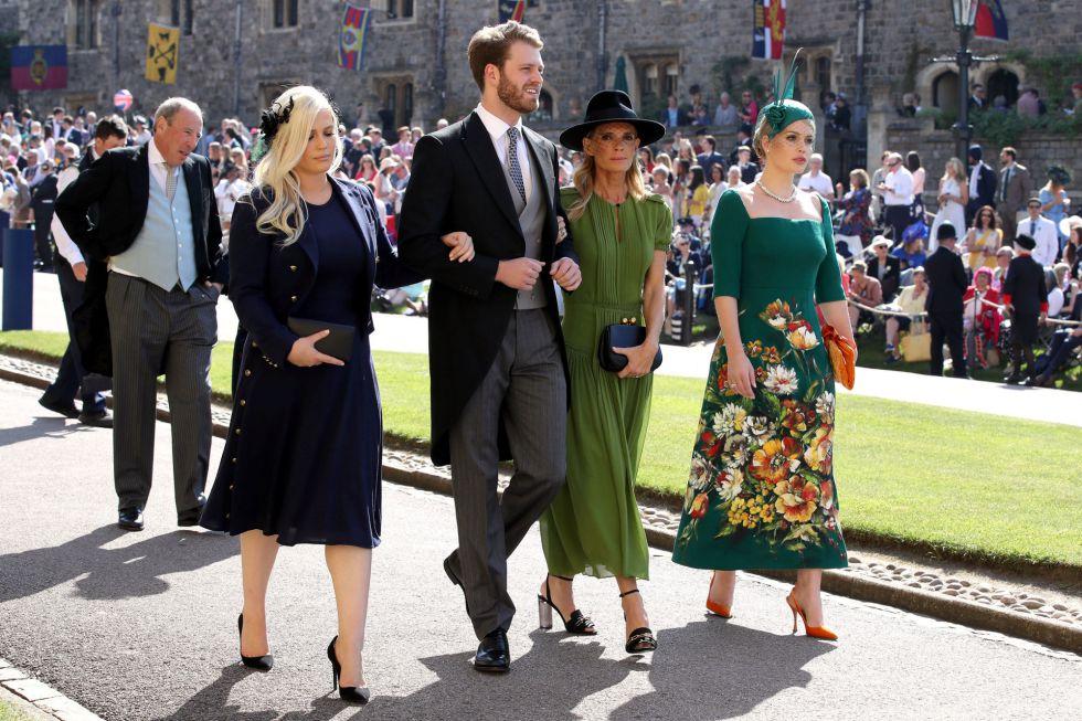 Eliza Spencer, Louis Spencer, Victoria Aitken y Kitty Spencer llegan a la Capilla de San Jorge en el Castillo de Windsor.